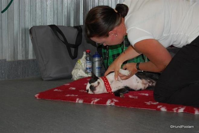 Sonja njuter av massegen hon får av Mia.