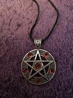 Kaulakoru pentagram kivellinen