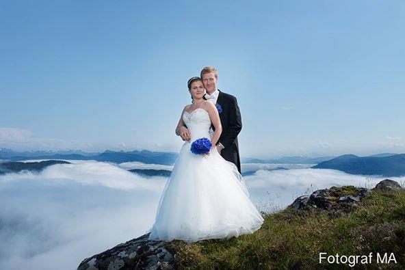 Nydeleg brudepar i fantastisk Sunnmørsk natur! Foto: Fotograf MA