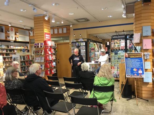 """Författarkollegan Micael Lindberg berättar om sin bok """"Ett annat liv"""" på scen."""