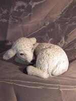 Lamm liggande målad