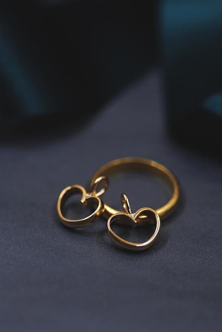 Två hängsmycken formade som hjärtan, tillverkat av en ring