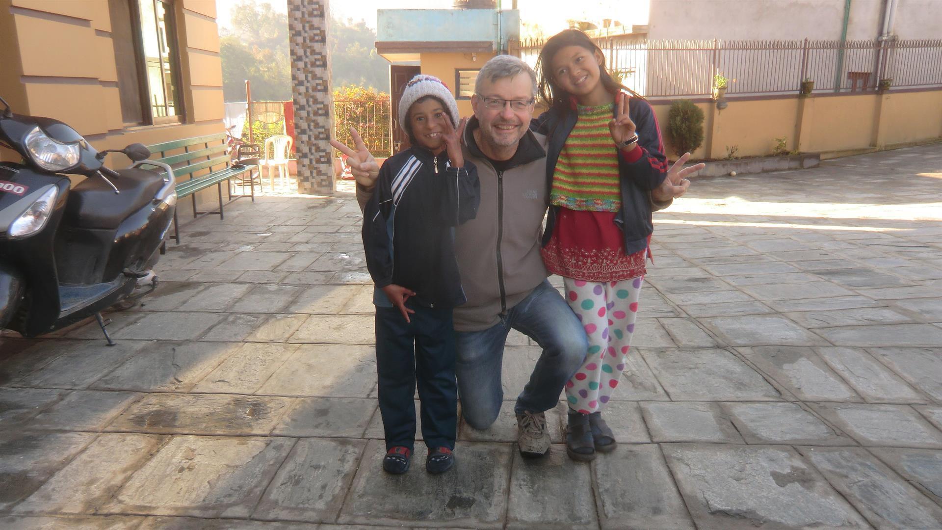Bobby Aynsley med ett par av flickorna på barnhemmet