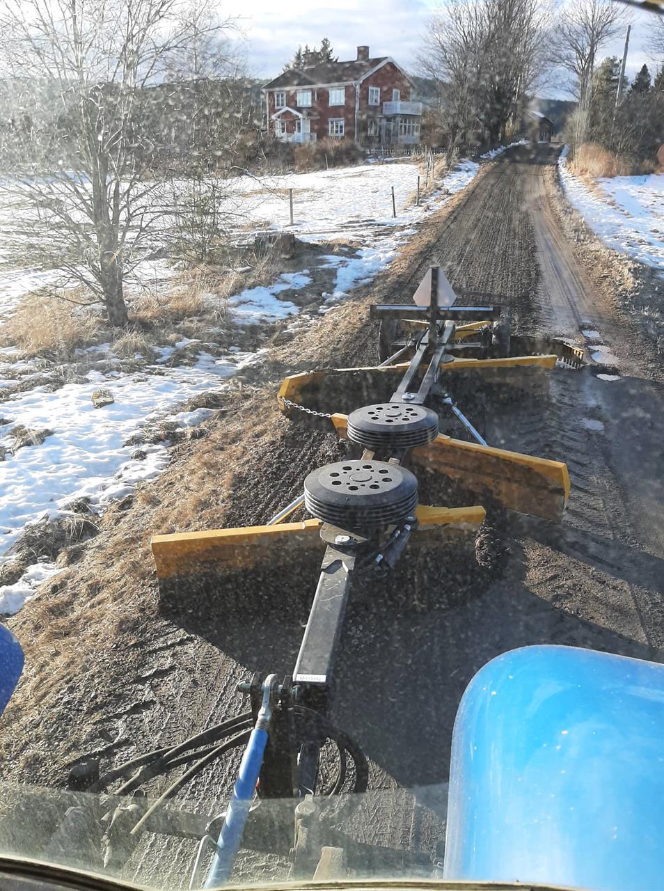 Bild inifrån traktor vid sladdning av väg