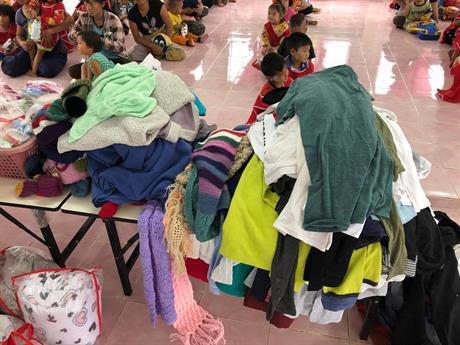 Utdeling av klær.