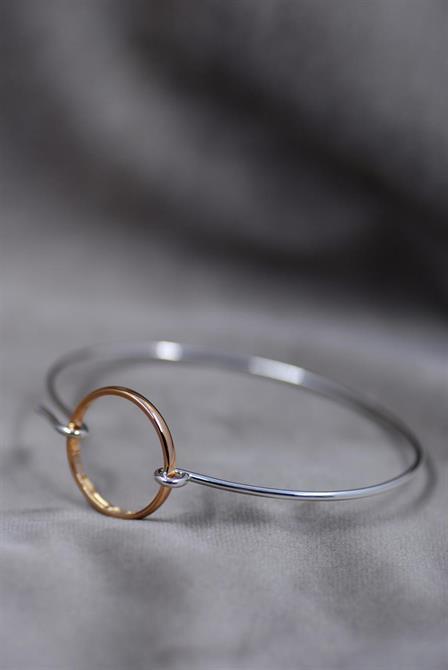 Vigselring som är omgjord till ett lås i en armring.