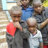 Barn från gränderna i Kibera en lördag förmiddag