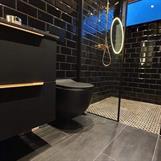 Sort vegghengt toalett