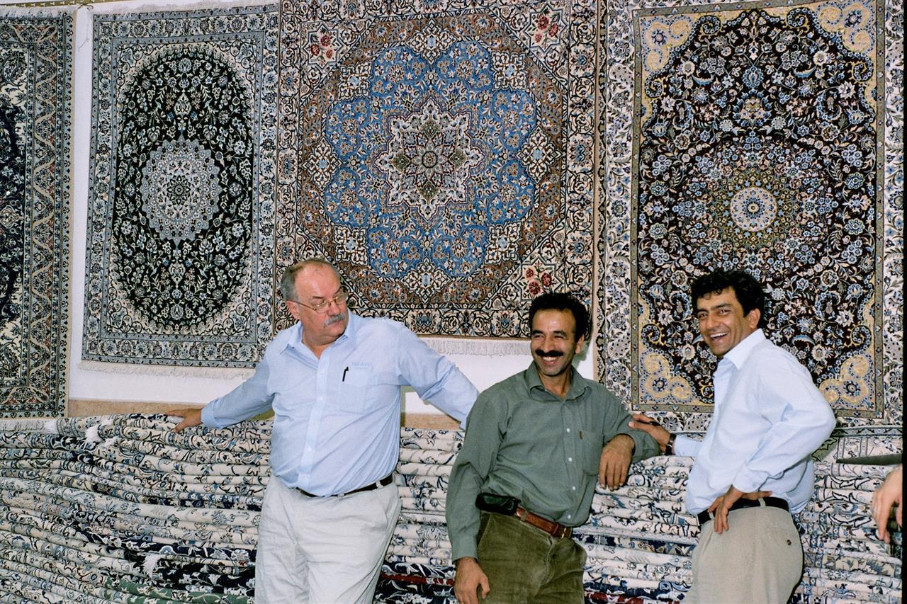 Latter i blant Nain-tepper i basaren i Teheran