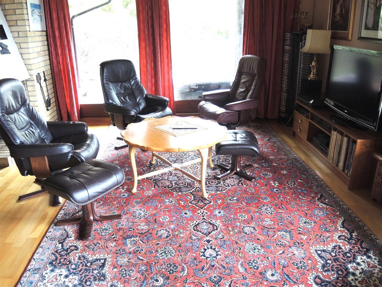 Et stort teppe i en TV-stue