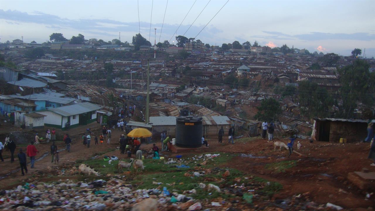 Kibera i skymning / Kibera at Nightfall