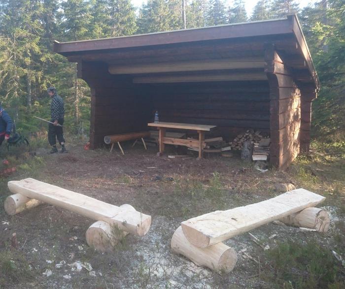 Gapahuken er beiset og taket er lagt