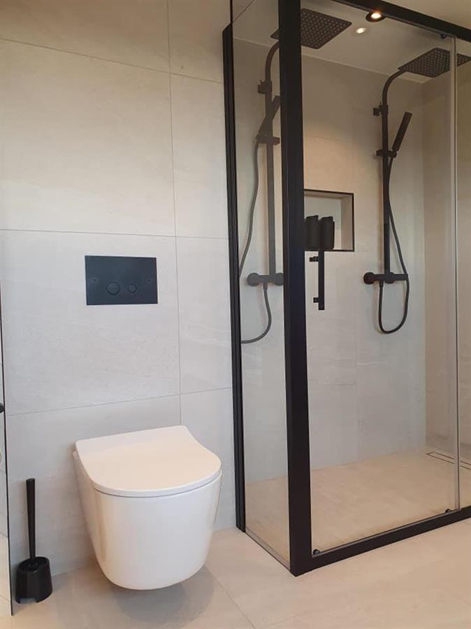 Dobbeldusj og vegghengt toalett