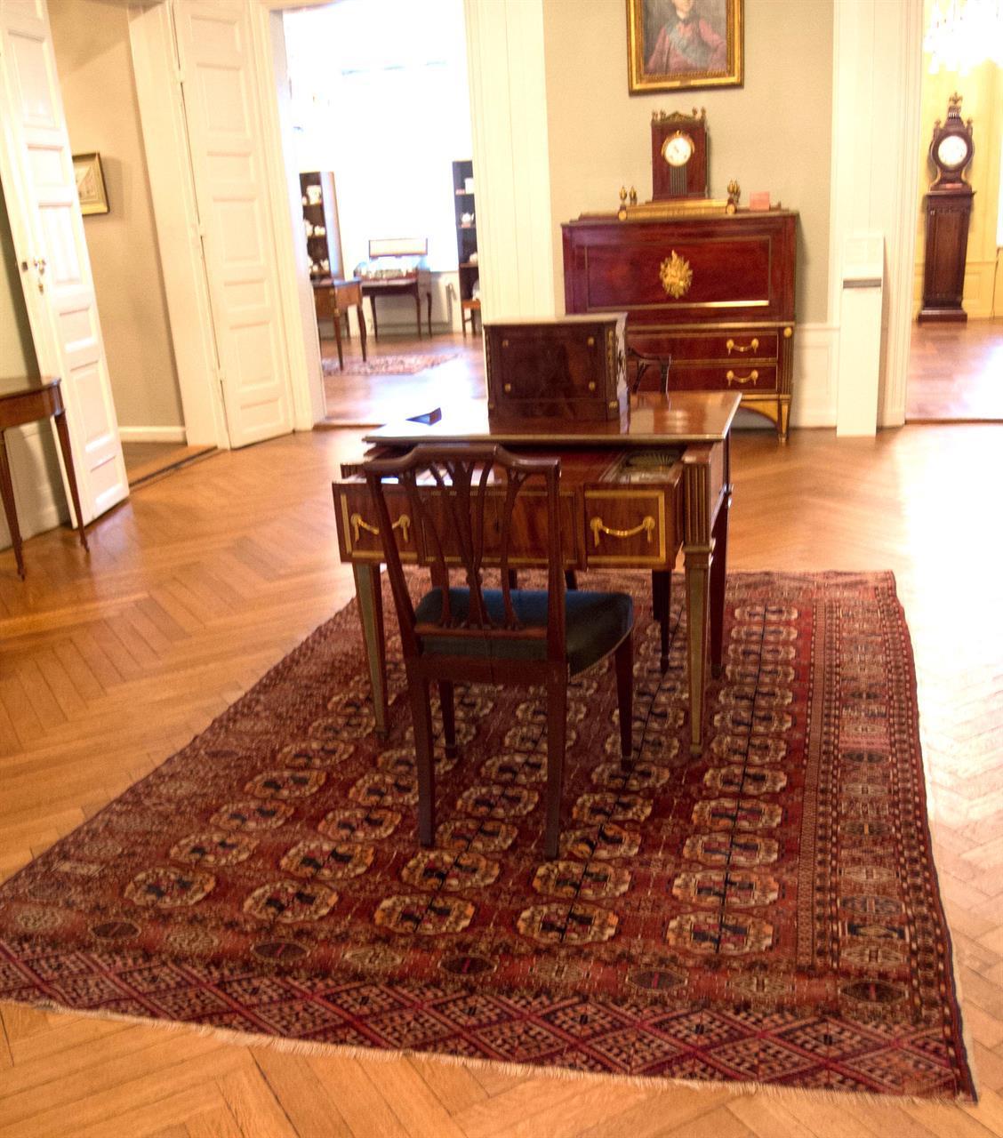 Klassisk interiør med turkmensk teppe