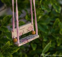Kärleksgunga mellan rosa rosor