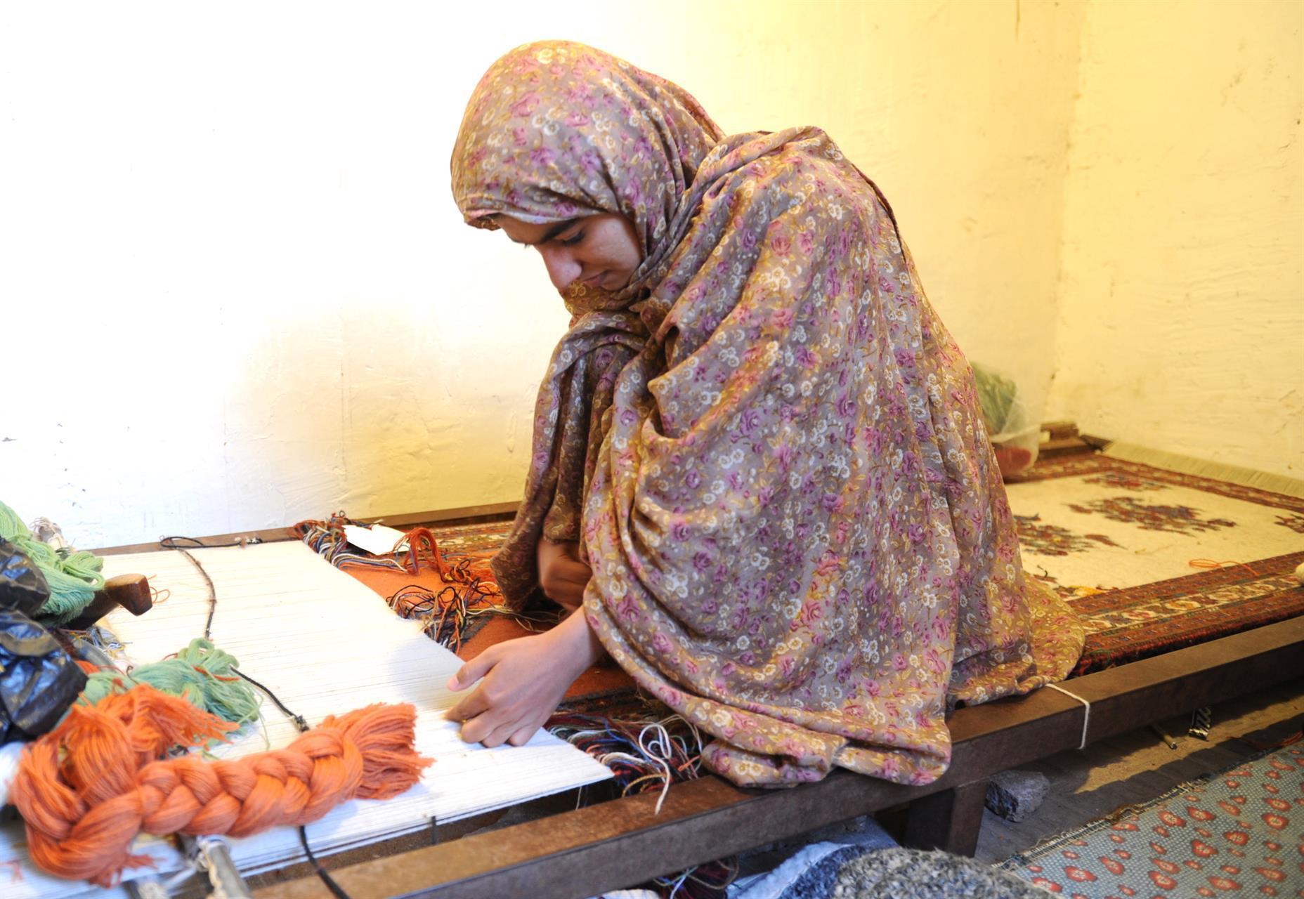 Kvinne fra Kerman-provinsen i Iran vever en soumakh-kelim