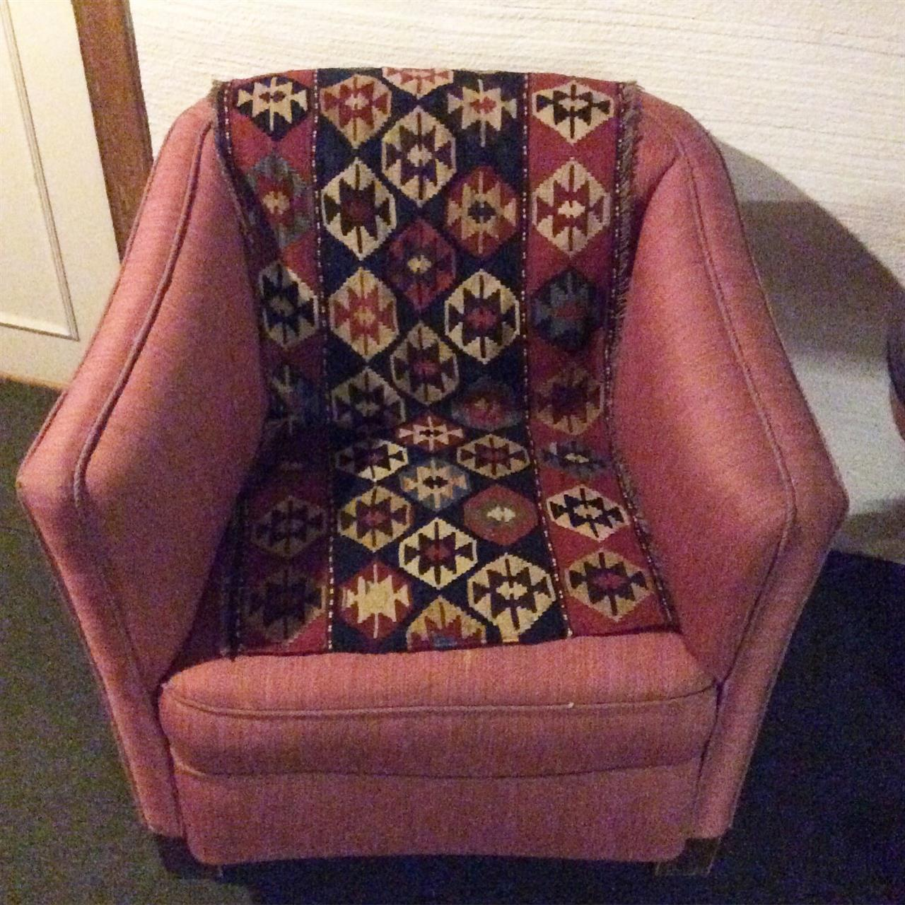 En mafrash pynter opp en sliten stol