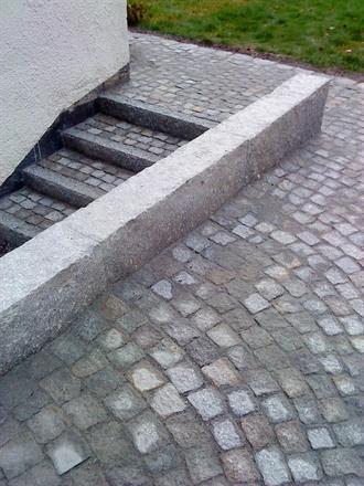 Granitmur och trapp i smågatsten. Bromma