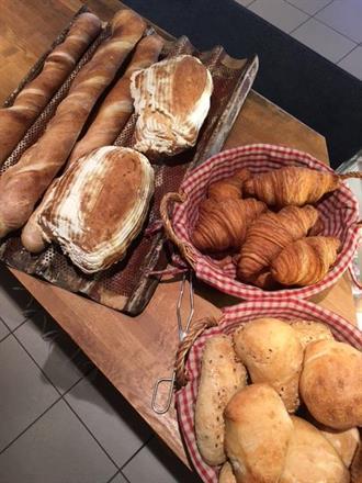 Baguetter, Croissanter, Surdegsbröd