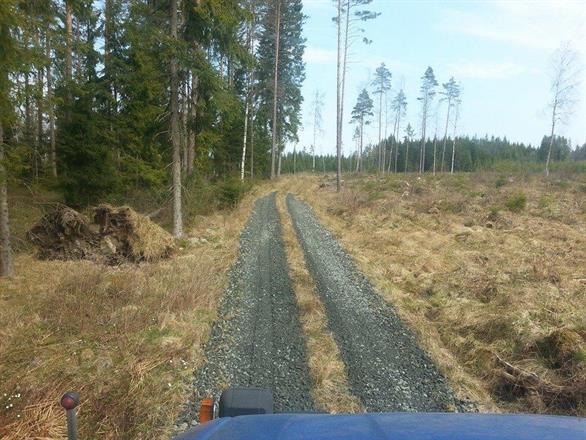 Spårgrusning av skogsbil väg är våran specialite, här åt skogsbolag