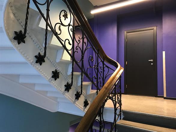 Ferdig med malerarbeidene i trappehus, nå venter vi på ruller med belegg fra utlandet - April 2017