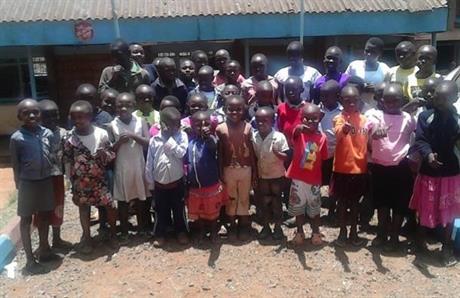 Barn från Kibera utanför Community samlingssal / Kibera Children outside Community Hall