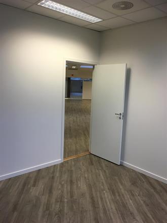 Nye dører med lydkarm fra Swedoor på plass sammen med lister
