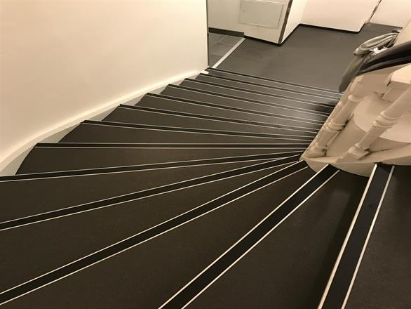 Trappehus på Youngstorvet. Gulvbelegg i trappe og respos. med heis - Mai 2017
