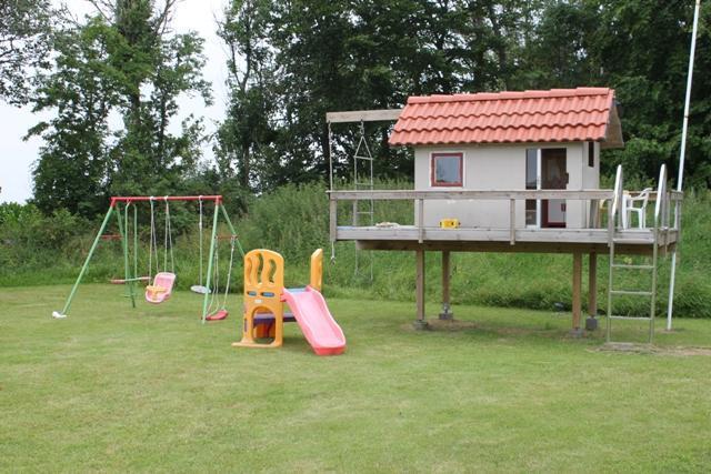 Barnens självklara tillhåll. Annorlunda lekstuga med klättring och lek. Studsmatta, gungor m.m. finns också på tomten till de minsta.