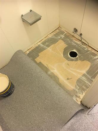 Legging og limling inne på toalett