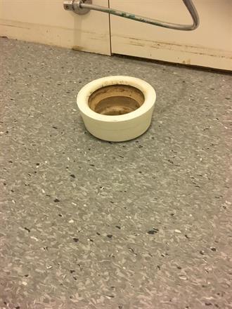 Da var det klart for rørlegger og ny toalett
