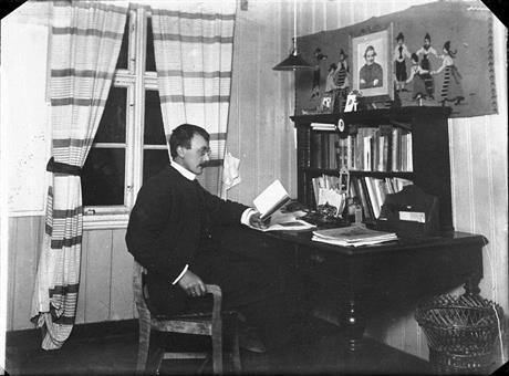 Hans Aanrud ved skrivebordet