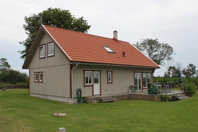 Stor gräsmatta med trevligt altandäck i söderläge.  Dörr ut i trädgården från köket och det stora sovrummet.