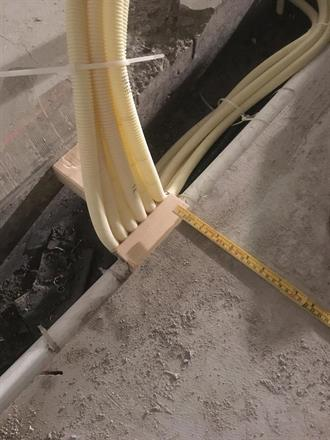 En ekstra sjekk så kablene treffer riktig når vegger skal bygges