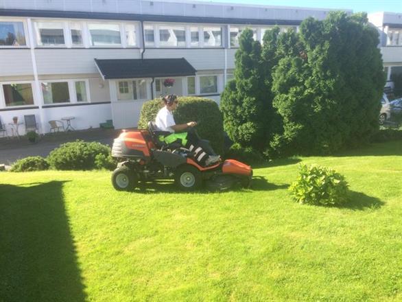Gressklipping med Husqvarna Rider 422Ts