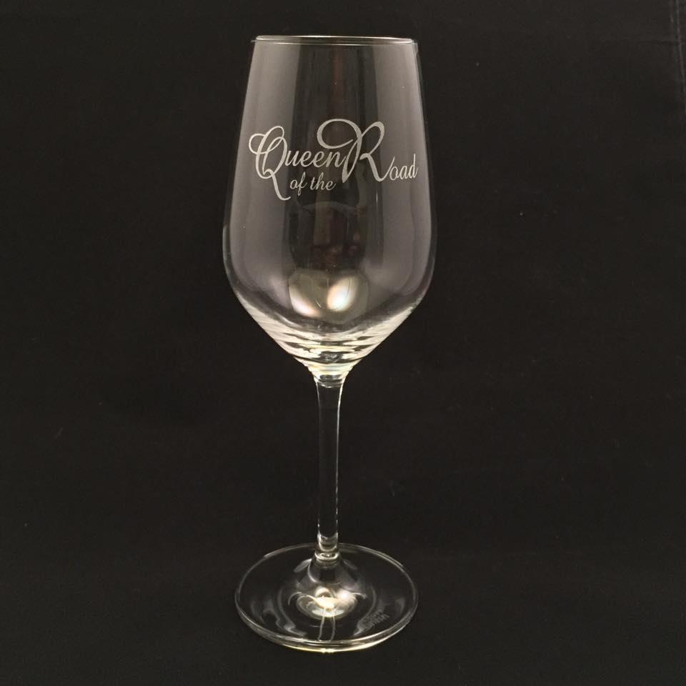 Kristallglas för rödvin med gravyr