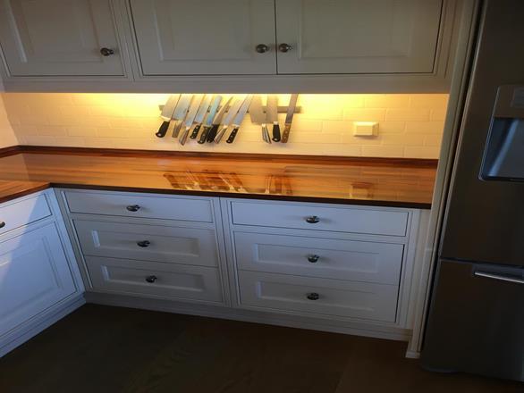 Speilblank kjøkkenbenk som ferdig resultat