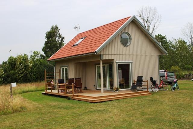 Gäststuga med 4 sängplatser, kök, bad och vardagsrum med tv