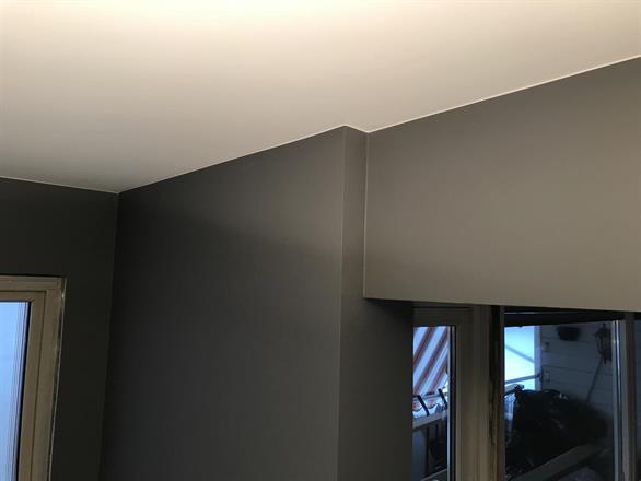 Overgang mellom tak og mørk vegg