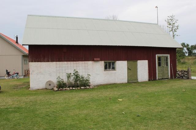 Den gamla ladan är det enda som finns kvar från den gamla gården som en gång i tiden fanns här. Innehåller förråd och vedbod.