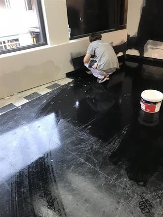 Philip tørker over gulvene før tildekking, ryddig arbeidsplass