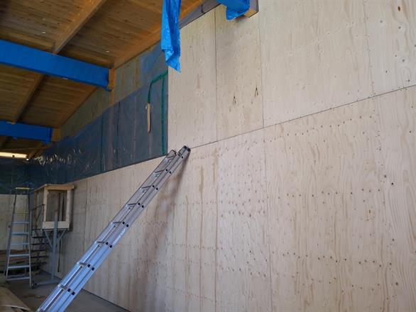 Isolering och väggskivor börjar komma på plats.