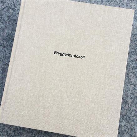 Sort preg på Record Sandbrown bok 210x240
