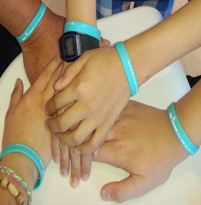 Mange barn med OdinStiftelsen-armbånd