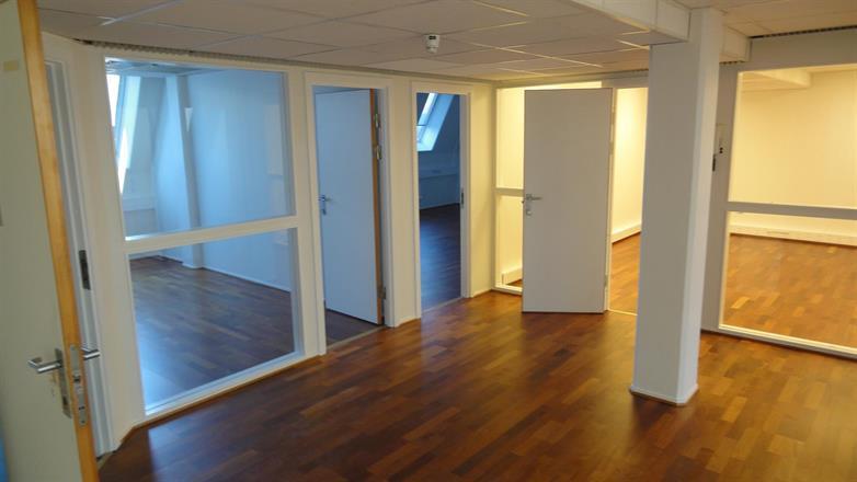 Vi har bygget om kontorer, slipt gulv og malt opp alle flater - April/Mai 2013