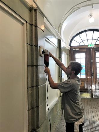 Til slutt avsluttes oppdraget med at all marmor blir polert opp i 7 etasjer