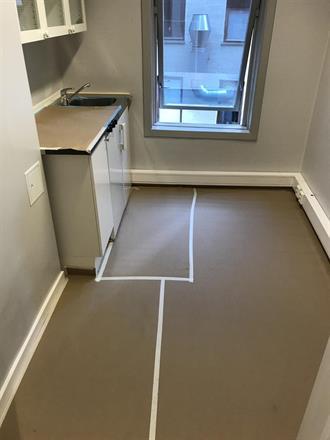 Kjøkken, klar for oppmaling av vegger og listverk