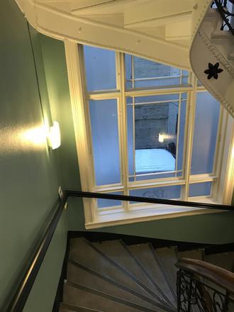 Ferdige med malerbiten, kun syv etasjer med trapper og respo igjen..