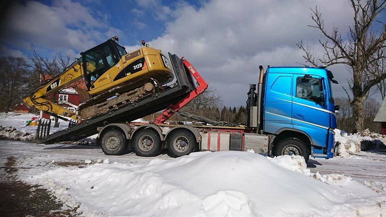 Vi flyttar maskiner på vikt upp till 16ton med lastväxlaren