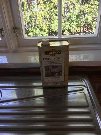 Holder godt på glansen og har bra slitestyrke på kjøkkenbenker